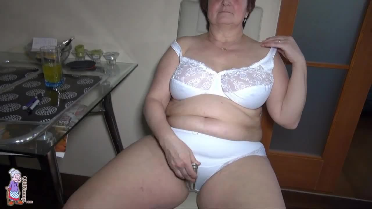 Aguelas Del Porno Aleman esta abuela gorda se queda en casa para masturbarse