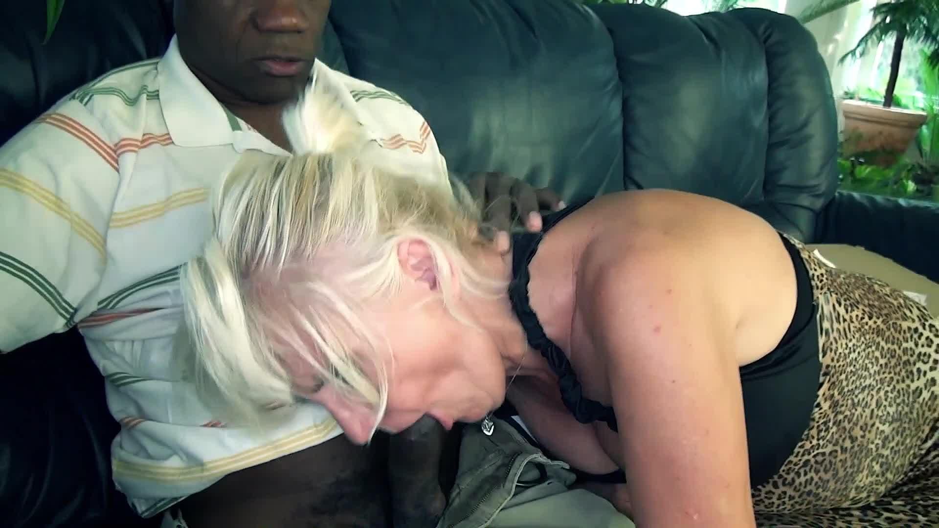 Negro Follando Una Rubia una mujer rubia madura se folla al repartidor que es negro